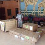 Madame Amsatou, Niamey, reçoit son équipement de maternité.